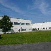 Verwaltungsgebäude und Lagerhallen
